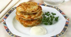 Оладьи из теста с сыром и кукурузой.